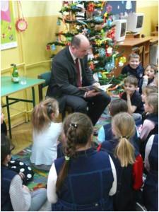 Burmistrz Błażowej czyta dzieciom w Świetlicy Szkolnej
